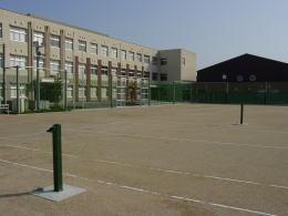 グラウンドと校舎と体育館
